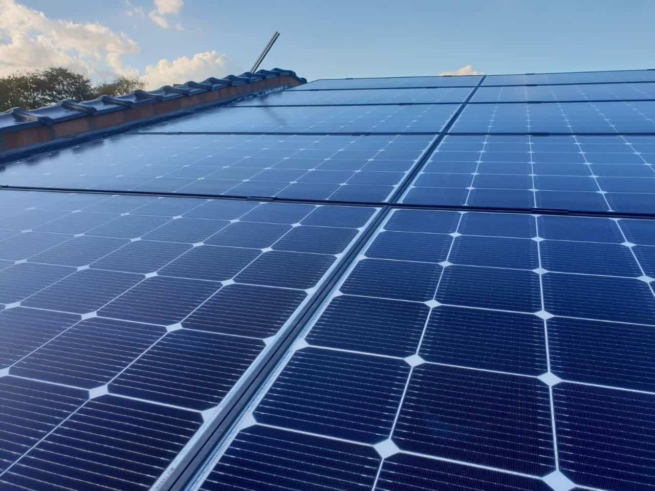 Lg zonnepalen op metalen dak in Beerse