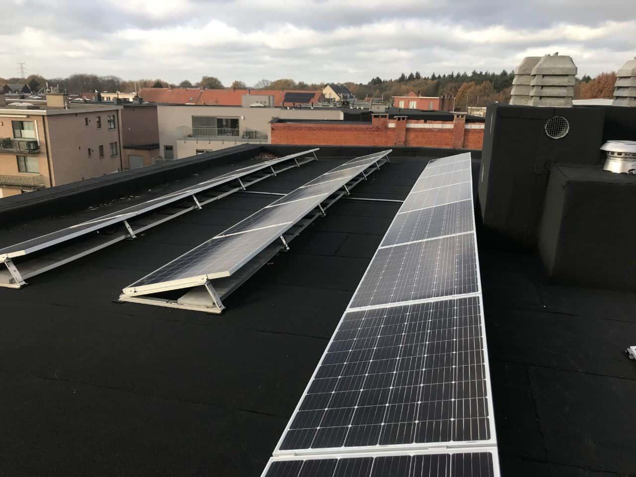 zonnepanelen van Axitec op plat dak in Herentals